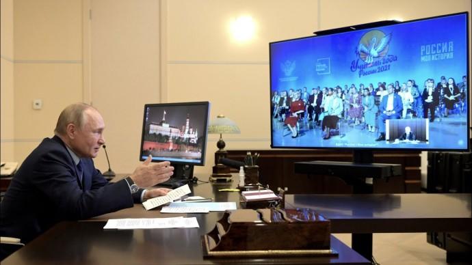 Путин: новые технологии никогда не смогут заменить живое общение и личность учителя