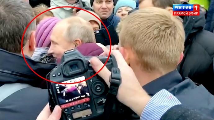 Путин ОБНЯЛ зарыдавшую пенсионерку и ПООБЕЩАЛ помочь! ПОДРОБНОСТИ визита президента в Петербург