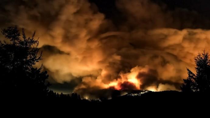 В Калифорнии объявлен режим ЧС из-за сильных пожаров