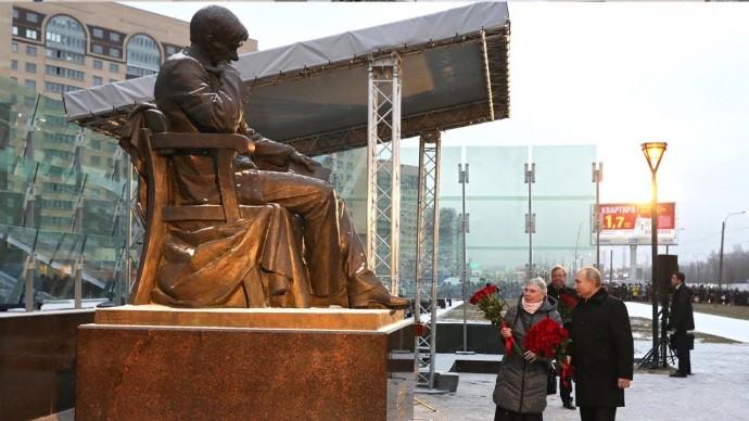 Путин открыл памятник Даниилу Гранину в Петербурге