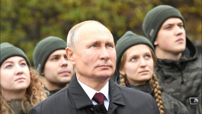 Путин возложил цветы к памятнику Минину и Пожарскому в Москве