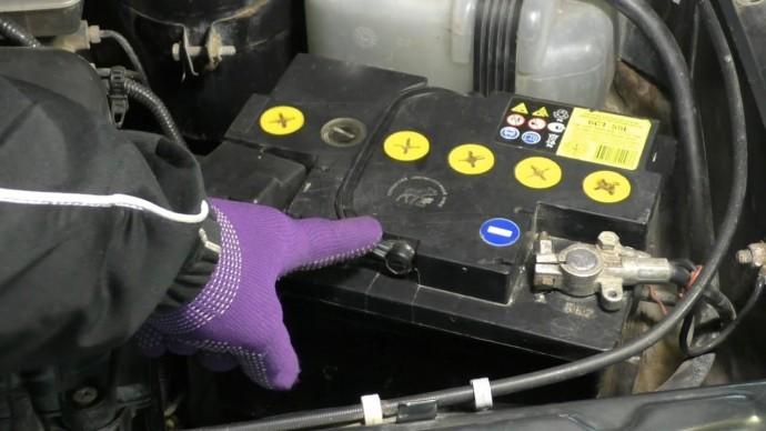 Каждый современный водитель должен знать почему разряжается аккумулятор и что такое утечка тока.