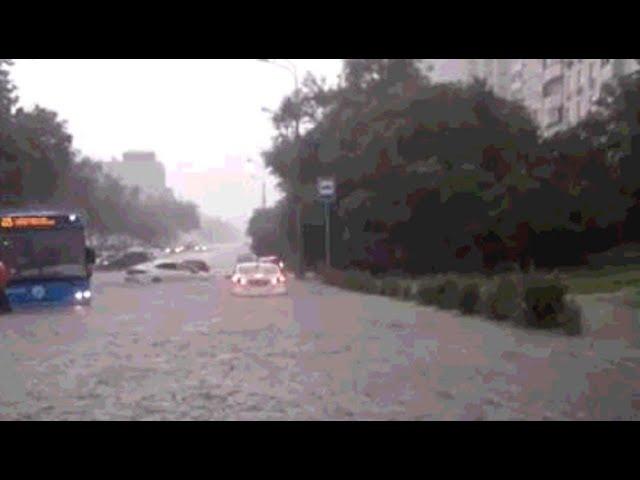 В Москве из-за сильного ливня затопило автодорогу — видео