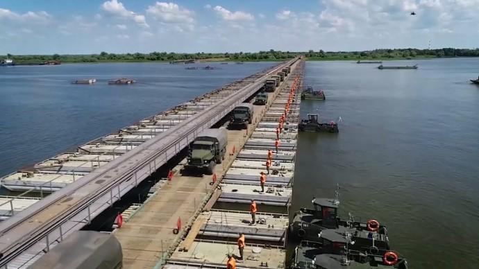 Переправа военной техники через Волгу — видео