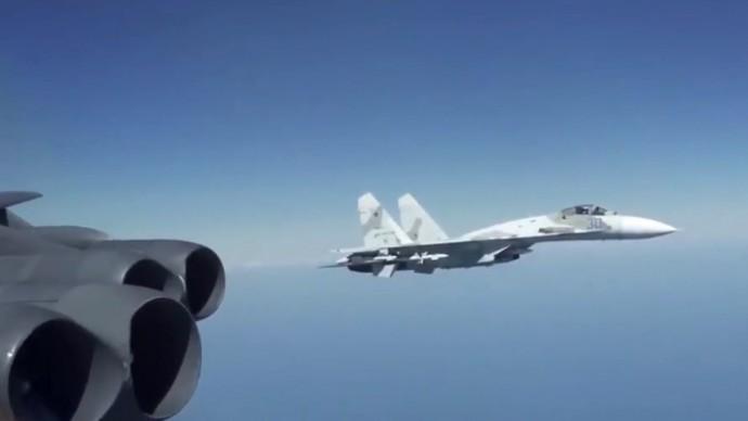 Срочно! Су-27 элегантно подрезает американцев над Чёрным морем!