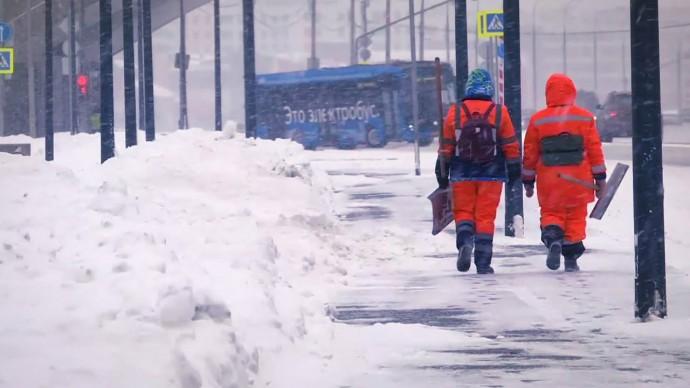 В Москве продолжают устранять последствия 5-дневного снегопада — видео