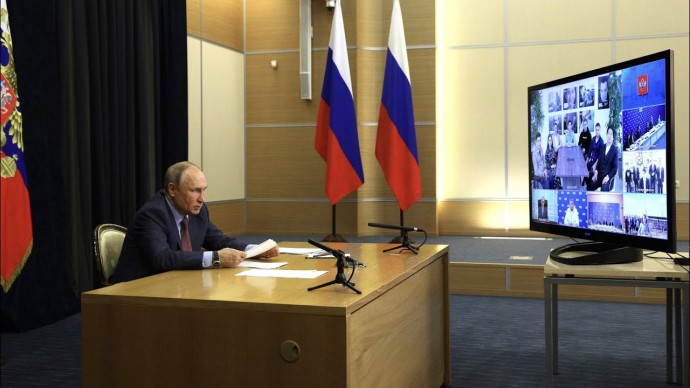 "Путин на встрече с единороссами позвал в Госдуму ""людей от земли"""