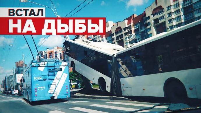 Момент наезда автобуса на фонарный столб в Петербурге попал на видео