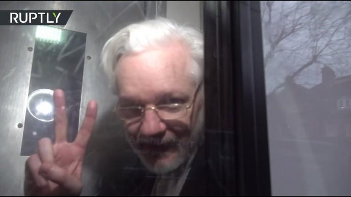 Джулиан Ассанж в тюремном грузовике после суда в Лондоне — видео