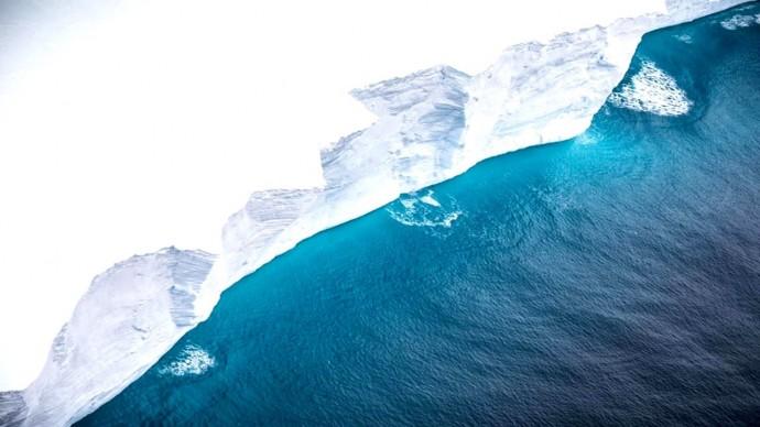 Самый большой дрейфующий айсберг попал в объектив фотокамеры