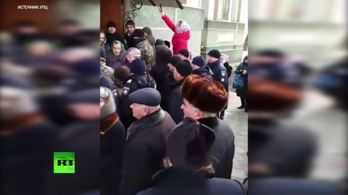 На Украине радикалы избили прихожан и захватили храм УПЦ