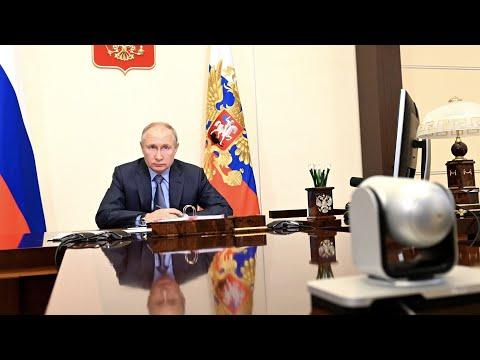 Путин попросил доложить о ситуации с ценами на продукты