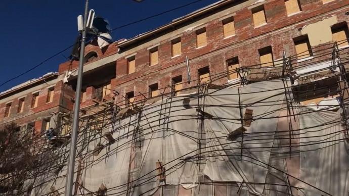 В центре Москвы под тяжестью снега обрушились строительные леса — видео