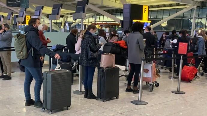 Жители Лондона массово покидают город на фоне введения максимальных ограничений из-за коронавируса