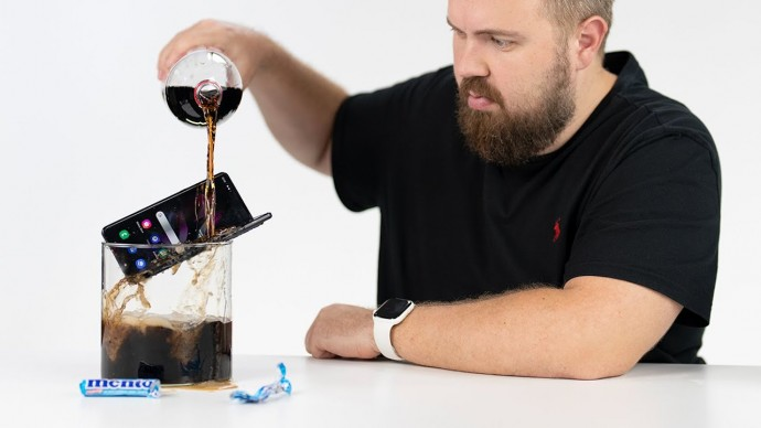 Samsung Galaxy Z Fold 3 vs. Coca-Cola + Mentos. Что такое IPX8?