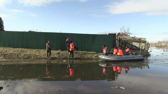 МЧС эвакуирует жителей затопленных районов Якутска — видео