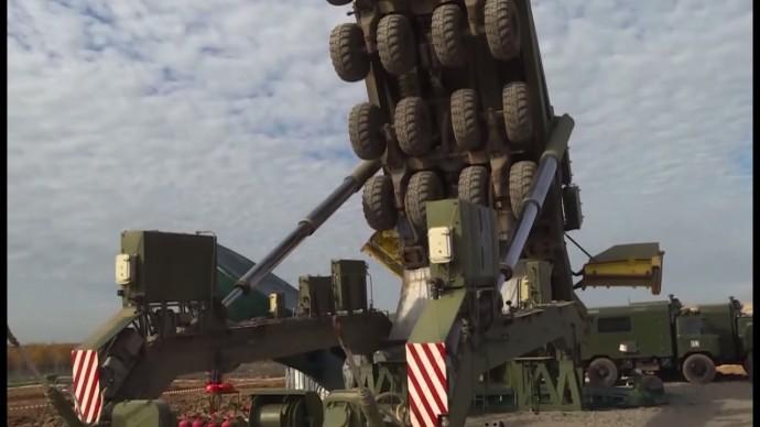 Загрузка баллистических ракет «Ярс» в пусковую установку — видео