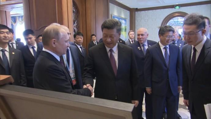 Плакат и легендарный скакун: Владимир Путин и Си Цзиньпин обменялись подарками