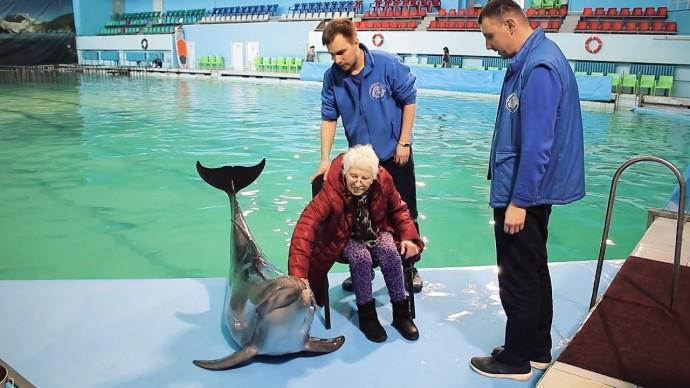 Мечта всей жизни: волонтёры помогли блокаднице увидеть дельфинов
