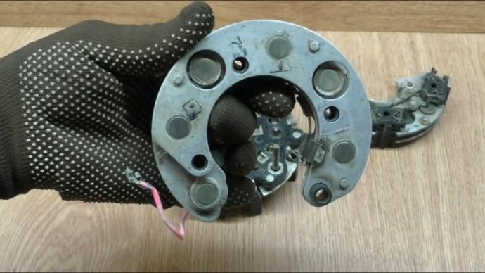 Супер простой и верный способ проверки диодов автомобильного генератора. Каждый водитель это сможет!