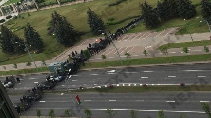 Силовики Минска начали ПЕРЕКРЫВАТЬ от ПРОТЕСТУЮЩИХ подходы к резиденции Лукашенко!