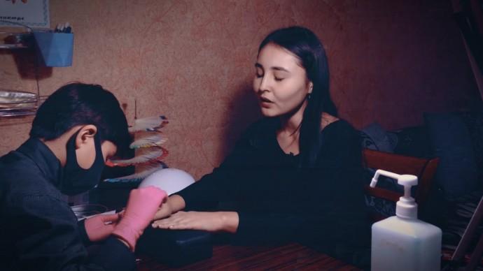 Юный мастер маникюра: шестиклассник из Казахстана решил заработать на лечение брата-инвалида