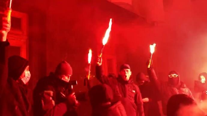 В Киеве митингующие забросали офис Зеленского петардами — видео