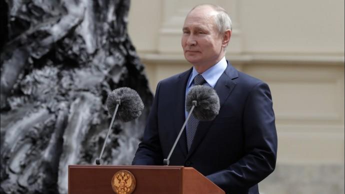 Путин принял участие в открытии памятника императору Александру III