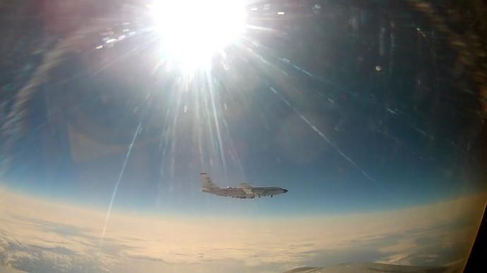 Перехват самолёта ВВС США над Тихим океаном — видео