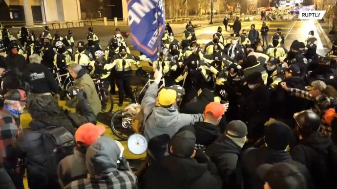 В США сторонники Трампа вступили в стычку с полицией в преддверии митинга в его поддержку
