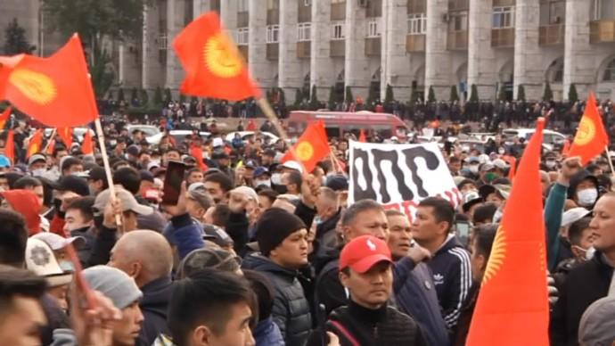 Режим ЧП и обстрел автомобиля экс-президента: как развивается ситуация с протестами в Киргизии