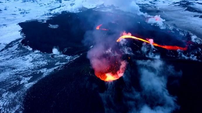 Извержение вулкана на Камчатке сняли на видео