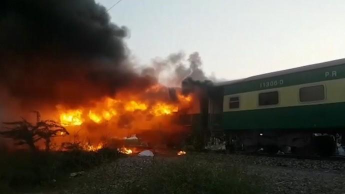 В Пакистане более 70 человек погибли в результате пожара в поезде — видео