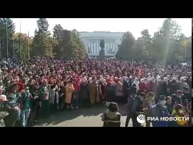 Бишкек. У дома правительства уже сотни недовольных