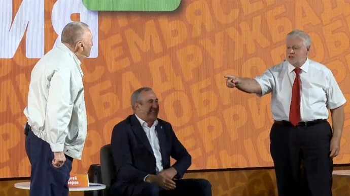 Вы одна КОМАНДА с Путиным! Жириновский УСТРОИЛ разборки на политическом форуме