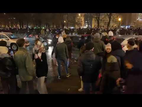 Сторонники Навального атаковали машину с номерами администрации президента
