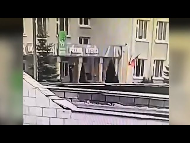 Напавший на школу в Казани сам сдался полиции — видео с камер видеонаблюдения