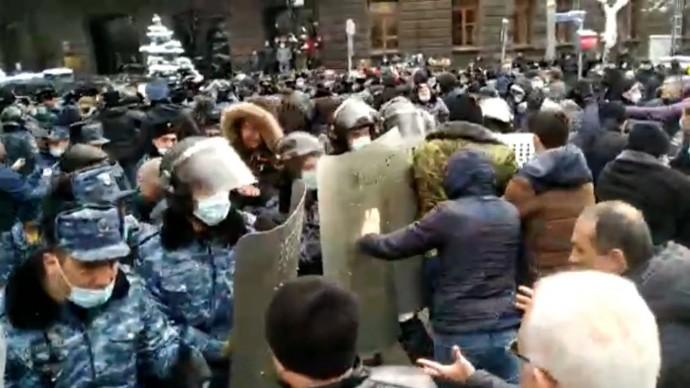 Столкновения с полицией и задержания: у здания правительства Армении прошла акция протеста