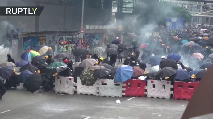 В Гонконге против протестующих применили слезоточивый газ и водомёты — видео