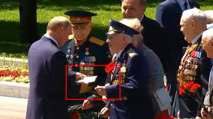 Лично в руки: ветеран передал Путину загадочный конверт