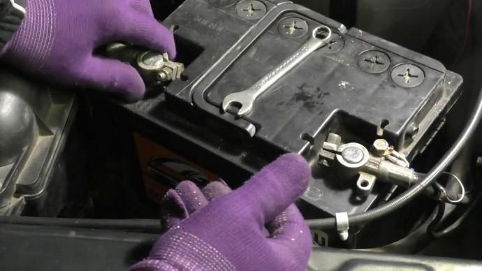 Каждый водитель должен знать как следует отключать и подключать аккумулятор без последствий.