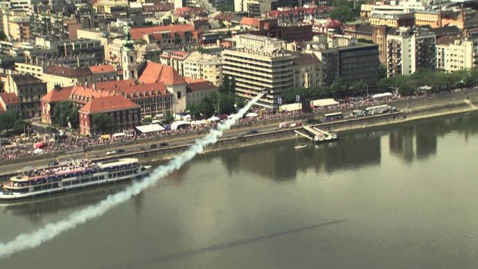Крутой пилотаж на вертолёте Ми-2 в центре Будапешта!