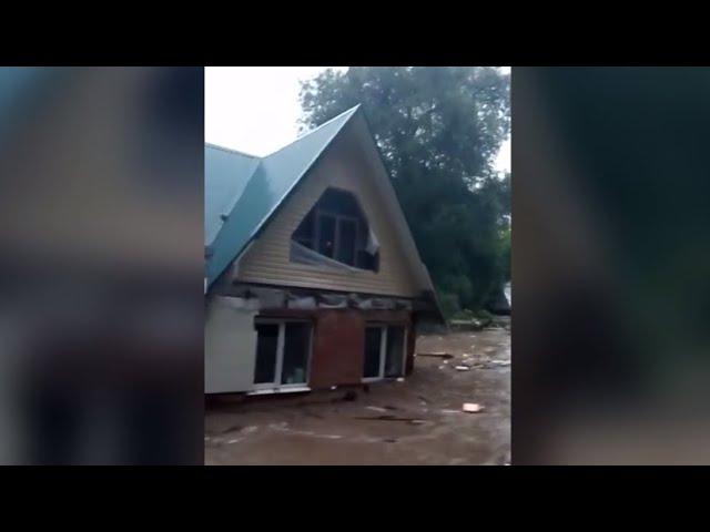 «Илюхин дом поехал»: очевидец заснял потоп из-за прорыва дамбы в подмосковной Рузе