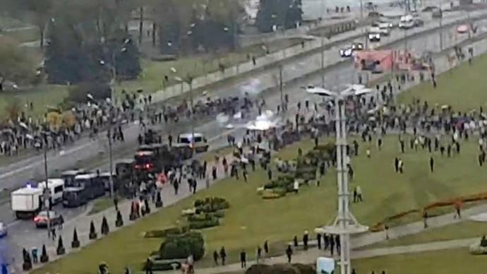 В Минске против протестующих применяют слезоточивый газ и светошумовые гранаты.